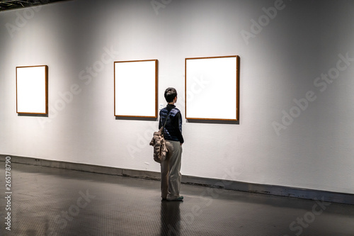 Photo woman in gallery