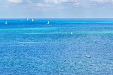 Grupo De Veleros De Lujo Navegando De Manera Separada Hacia La Costa En El Mar Caribe De Cancun, Mexico