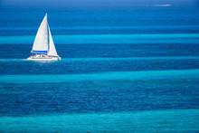 Velero De Dos Velas Navegando En El Mar Caribe Con Contraste Colores Azul Turquesa, Cancun, Mexico