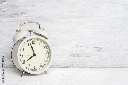 Pinturas sobre lienzo  Vintage classic white alarm clock on white grunge background with free space for your advertisement