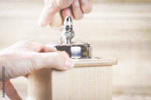 Photo  Eine Kaffeemühle aus Holz in den Händen einer Frau