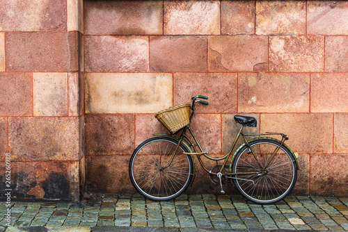 Photo sur Toile Velo Old bike with basket in front of a wall