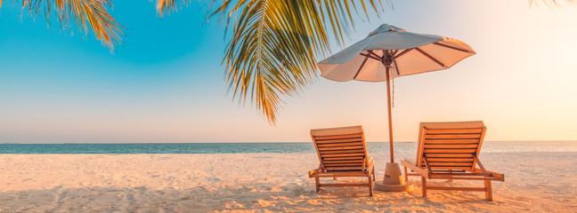 Prekrasan natpis na tropskoj plaži. Bijeli pijesak i kokosove palme putuju u turistički koncept pozadine široke panoramske pozadine. Nevjerojatan krajolik plaže