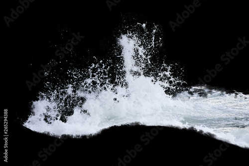 Montage in der Fensternische Wasserfalle Water Splash Isolated On The Black background