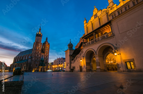 Spoed Foto op Canvas Krakau Famosa piazza medievale del mercato a Cracovia all'alba