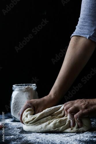 Osoba ugniata ciasto z mąką