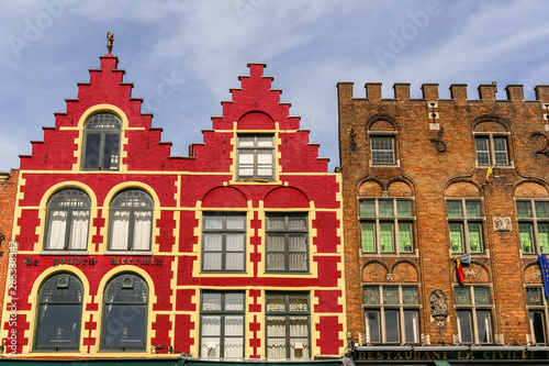 In de dag Brugge Typical colored houses on the Grote Markt or Market Square in the center of Bruges city, Belgium