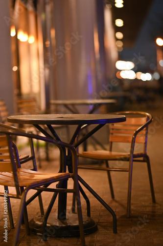Valokuva  夜の椅子とテーブル