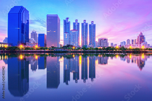 Photo  Cityscape skyline with reflection in water