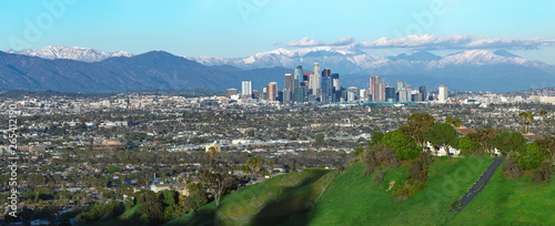 Photo  Panoramic view of the city of Los Angeles California with snowy mountain caps showing the end of the drought due to climate change