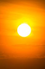 空に昇る明るい太陽