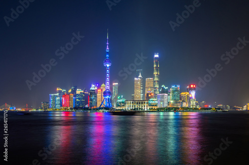 Türaufkleber Shanghai The Pearl in Shanghai Downtown skyline by Huangpu River, China. Financial district and business centers in smart city in Asia. Skyscraper and high-rise buildings near The Bund at night.