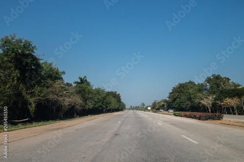 Pinturas sobre lienzo  Open road with blue sky in Cuba