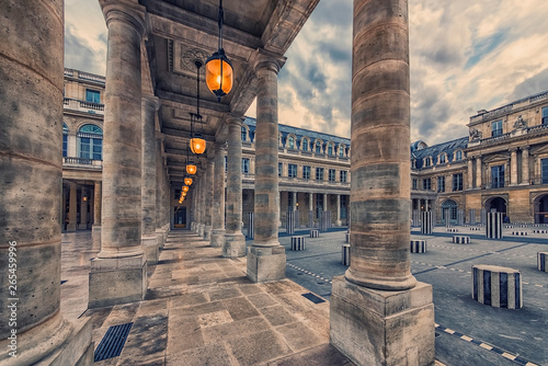 Foto  Palais Royal courtyard in Paris, France