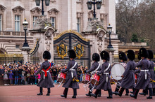 Queens Guard Patrolieren Vor D...