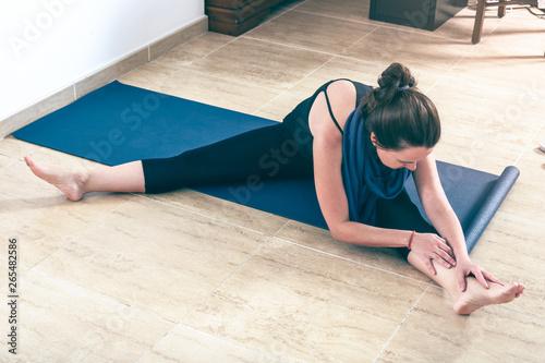 Practicando yoga en casa Canvas Print