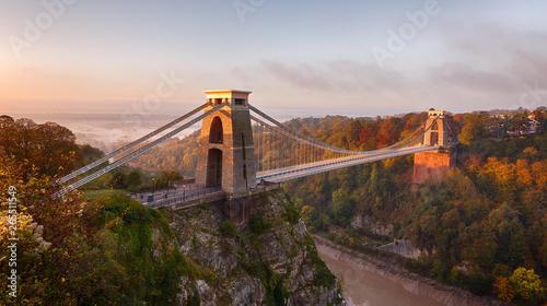 Fotografía  Clifton Suspension Bridge on an autumn morning as the sun rises and breaks throu