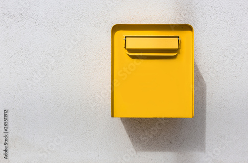 Fotomural Yellow mailbox on white wall. Retro style