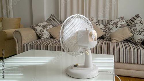 20128_A_white_small_fan_on_the_top_of_the_table.jpg - 265523101