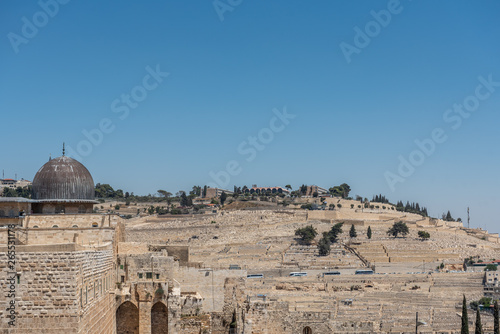 Fotomural Al Aqsa mosque and Mount of olives Jewish cemetery in the background, Jerusalem,