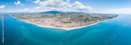 Roccella Ionica o Jonica, città in provincia di Reggio Calabria con affaccio sul mar Ionio Mediterraneo. Vista della costa sabbiosa, del castello e del porto dall'alto in Estate.