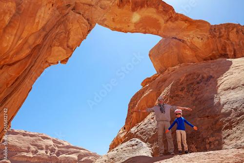 Foto auf AluDibond Rot kubanischen Padre e figlio nel deserto del Wadi Rum, Giordania