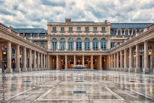 Foto auf Leinwand Altes Gebaude Palais Royal courtyard in Paris, France