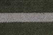 Nahaufnahme einer weissen line auf einem Fussball Kunstrasenplatz