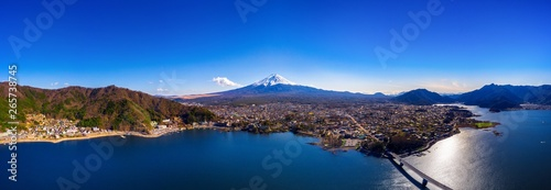 La pose en embrasure Bleu nuit Panorama of aerial view Fuji mountain and kawaguchiko lake in Japan.