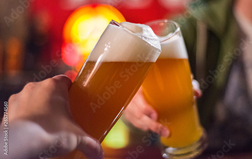Photo  Close-up view of a two glass of beer in hand