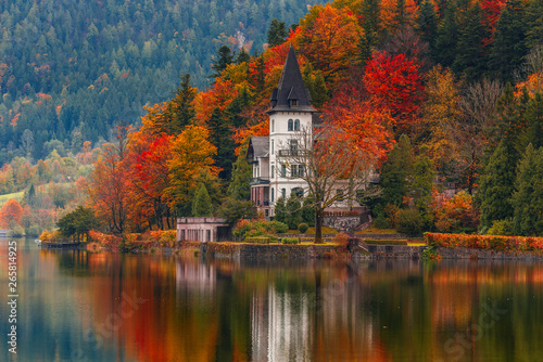 Foto op Plexiglas Herfst Villa Castiglioni in colorful forest reflected in water, lake Grundlsee