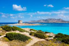 Sardegna, Veduta Della Spiaggia La Pelosa A Stintino, Con Il Suo Mare Turchese E La Torre Aragonese Sullo Sfondo. La Pelosa è Considerata Una Delle Più Belle Spiagge D'Italia.