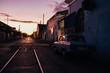 Auto steht einsam im Sonnenuntergang in Kuba