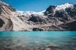 Bergmassiv über einem klaren türkisen Bergsee