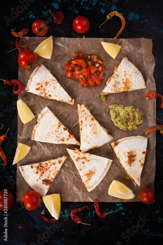 Carta da parati Mexican quesadilla, tortilla filled with cheese, meat and vegetables