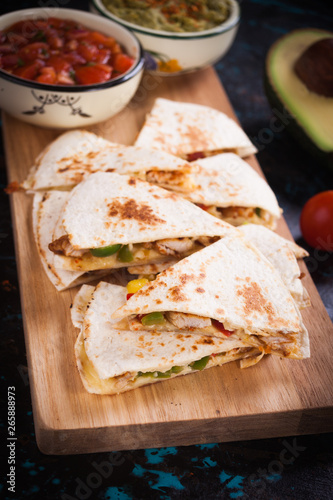 Fotografia Mexican quesadilla, tortilla filled with cheese, meat and vegetables