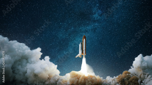 In de dag Heelal Spaceship takes off into the starry sky. Rocket starts into space. Concept