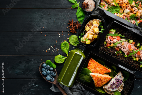 Fotografía Delivery of dishes. Dietary nutrition. Top view. Free copy space.