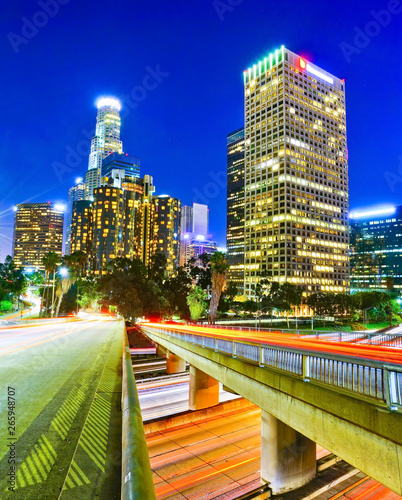 Photo  View of the office buildings and main roads in the financial district in Los Angeles at night