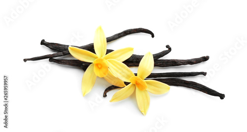 Fotomural  Aromatic vanilla sticks and flowers on white background