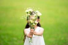 花束を差し出す女の子