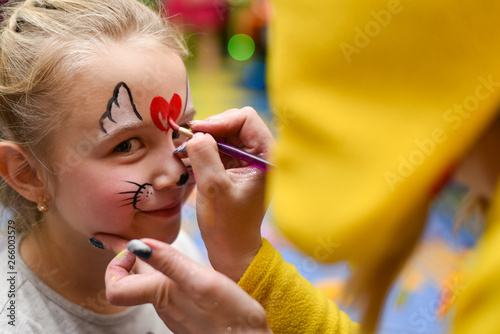 Pinturas sobre lienzo  The animator paints the face of the child