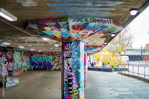 Платно Graffiti art center on south bank at river thames