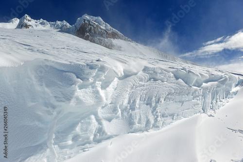 pokryty-sniegiem-teren-na-mount-hood-wulkan-w-gorach-cascade-w-oregonie-popularny-wsrod-milosnikow-turystyki-pieszej-wspinaczki-snowboardu-i-jazdy-na-nartach-pomimo-ryzyka-lawiny-szczelin-i-pogody-na-szczycie