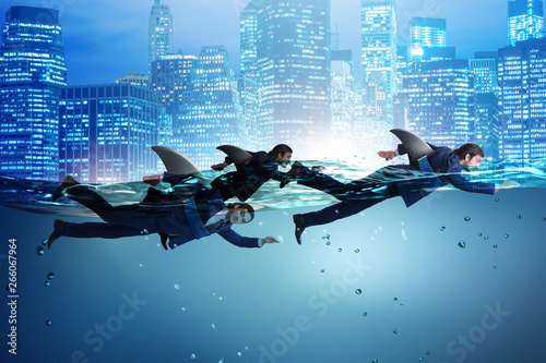 Photo Businessman with shark fin swimming in water