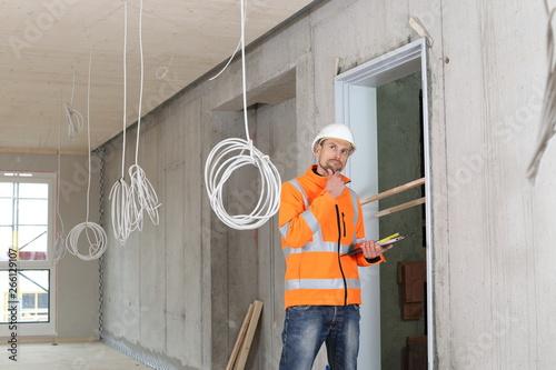 Obraz na plátne Kritischer Gutachter prueft Baustelle