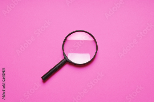 Foto  magnifying glass magnifier loupe search symbol on pink background with copy spac