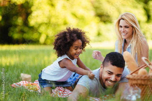 Valokuva Picture of lovely couple with their daughter having picnic