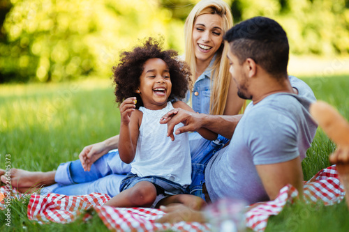 Photo  Happy family having fun time on picnic