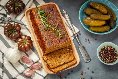 Fototapeta Pasztet z soczewicy i z warzyw na drewnianej tacce obraz